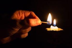 accendendo una candela, accendiamo speranza