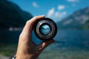 Un obiettivo fotografico come simbolo per mostrare dove è il nostro focus