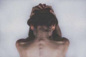 donna con la schiena nuda, per sottolineare l'attenzione sul corpo